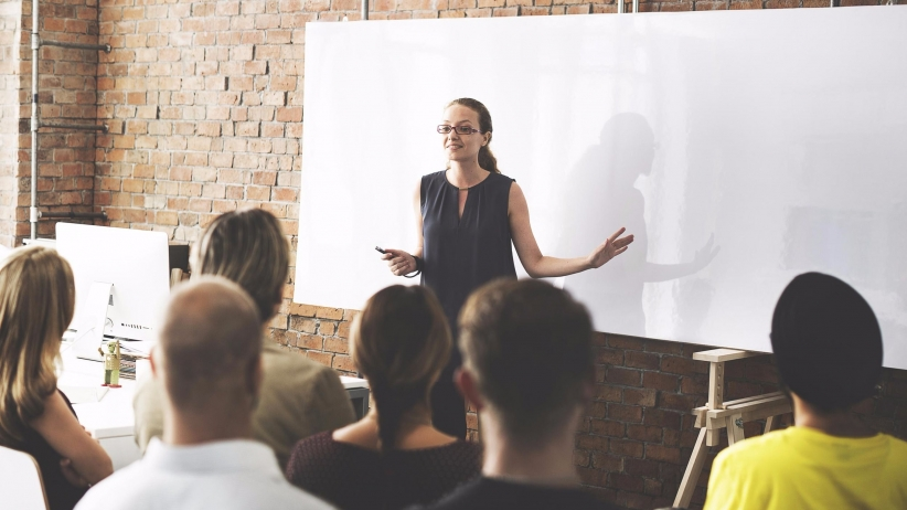 20160525134144-business-team-training-listening-meeting-speaker-leadership-teamwork