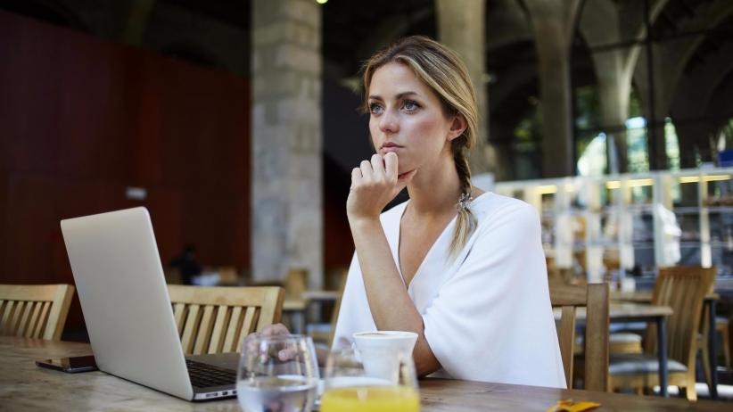 20160525140458-woman-thinking-laptop-working-cafe-break-breakfast-dreaming-freelancer-workspace